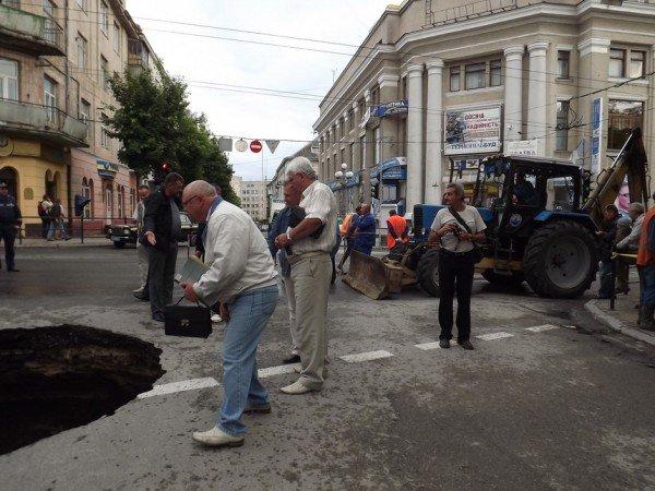 Велике провалля утворилося сьогодні на центральній дорозі Тернополя (ФОТО), фото-5