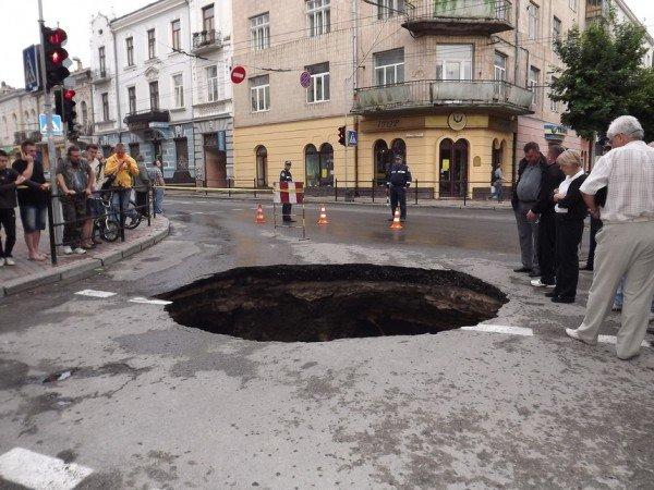 Велике провалля утворилося сьогодні на центральній дорозі Тернополя (ФОТО), фото-10