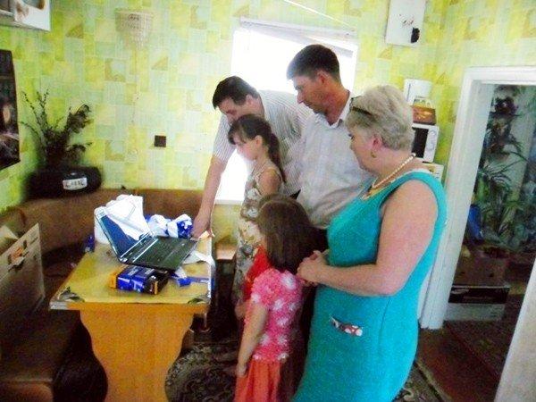 Регионалы подарили маленькой горловчанке, страдающей ДЦП, ноутбук, фото-1