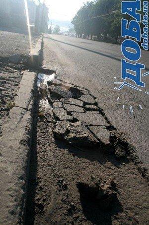 Дорожнє покриття тернопільських вулиць не витримало злив (фото), фото-8