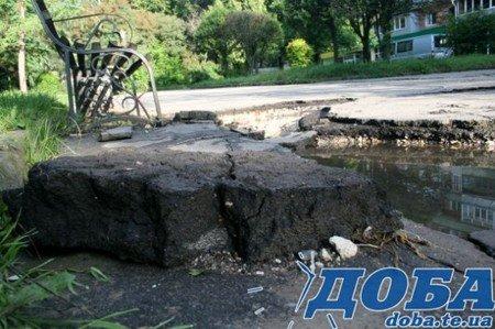 Дорожнє покриття тернопільських вулиць не витримало злив (фото), фото-5