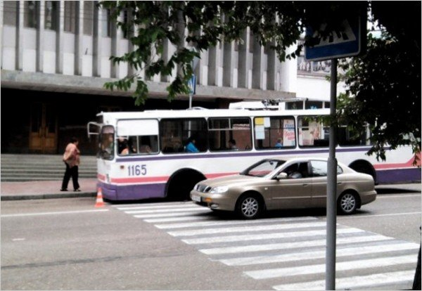 В Севастополе троллейбус, развалившись на ходу, помял джип (ФОТО), фото-1