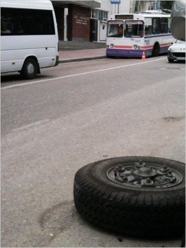 В Севастополе троллейбус, развалившись на ходу, помял джип (ФОТО), фото-2