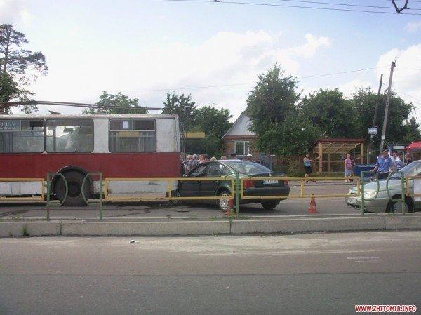 В Житомире автомобиль с польскими номерами врезался в троллейбус (ФОТО), фото-1