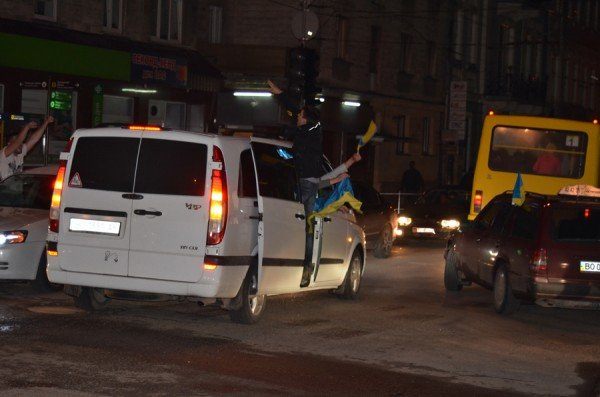 Як тернополяни вночі святкували перемогу збірної України (фото), фото-9