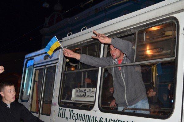 Як тернополяни вночі святкували перемогу збірної України (фото), фото-10