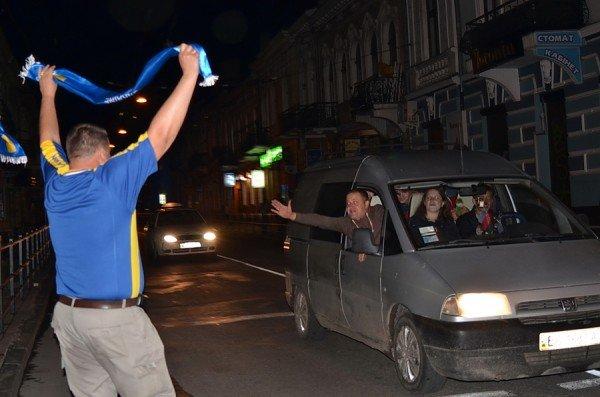Як тернополяни вночі святкували перемогу збірної України (фото), фото-11