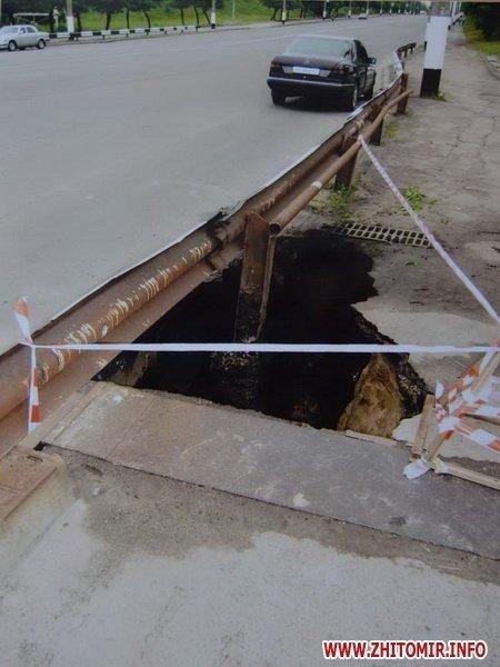 В Житомире провалился асфальт на мосту по проспекту Мира. Специальная комиссия выясняет причины (ФОТО), фото-2