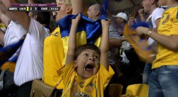 Хлопчик-«найщиріший фан України» став зіркою світового інтернету (відео), фото-1