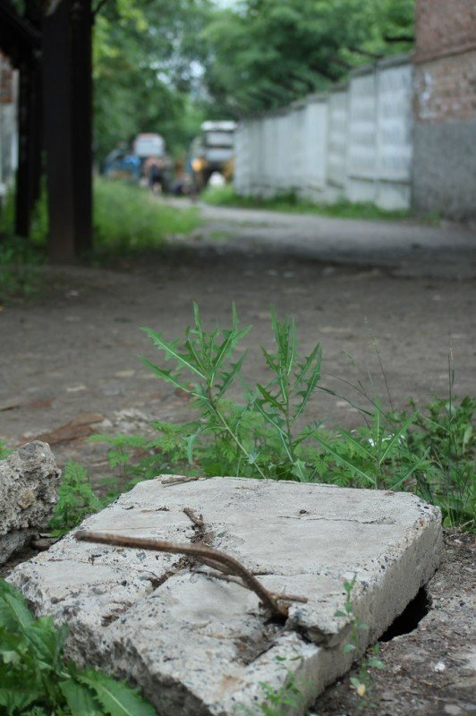 В Артемовске мужчина провалился в открытый люк и повредил ребра, фото-2