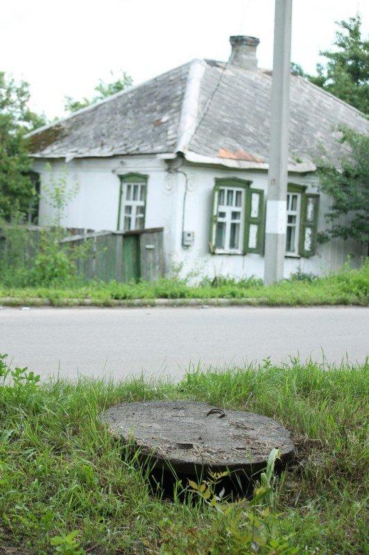 В Артемовске мужчина провалился в открытый люк и повредил ребра, фото-1