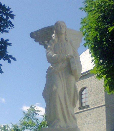 У Тернополі над ставом з'явився двометровий ангел (фото), фото-1