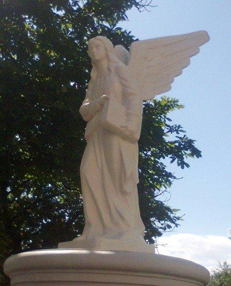 У Тернополі над ставом з'явився двометровий ангел (фото), фото-2