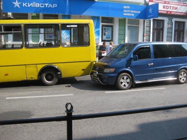 В центрі Тернополя «Мерседес» в'їхав в маршрутку з пасажирами (фото), фото-1