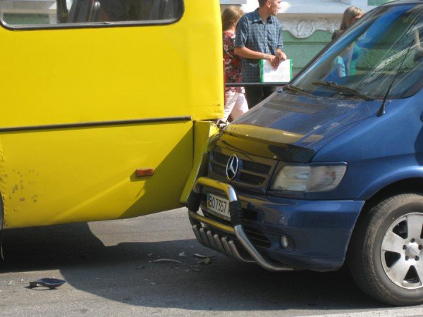 В центрі Тернополя «Мерседес» в'їхав в маршрутку з пасажирами (фото), фото-2