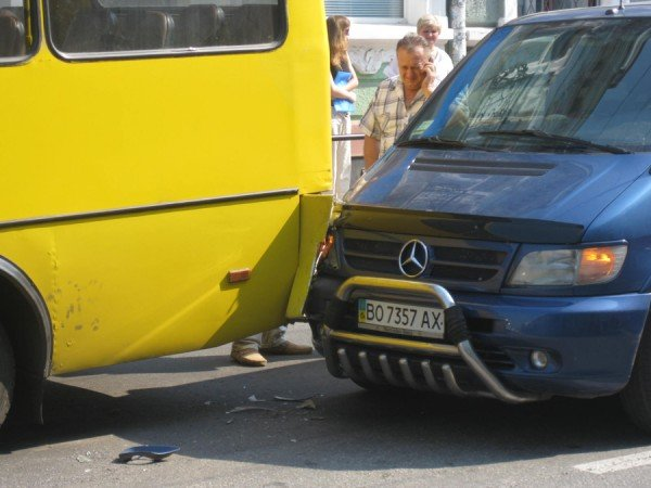 В центрі Тернополя «Мерседес» в'їхав в маршрутку з пасажирами (фото), фото-3