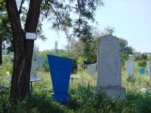 На одном из артемовских кладбищ появились кресты с надписью «Место для мусора. Помним, любим, скорбим», фото-3