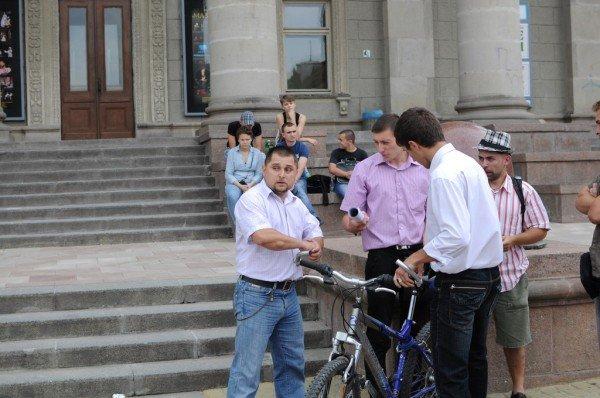 У Тернополі на Театральному майдані сьогодні намагалися побити письменника (фото), фото-2