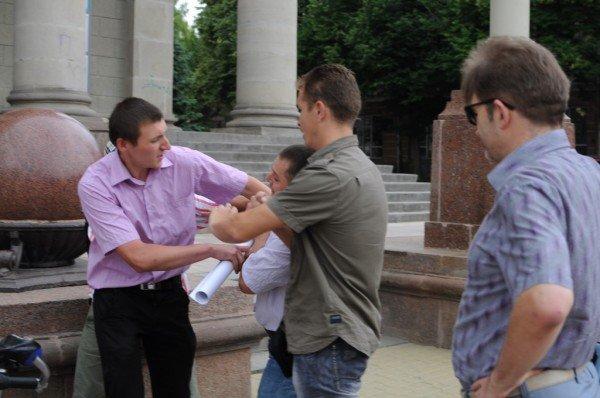 У Тернополі на Театральному майдані сьогодні намагалися побити письменника (фото), фото-3