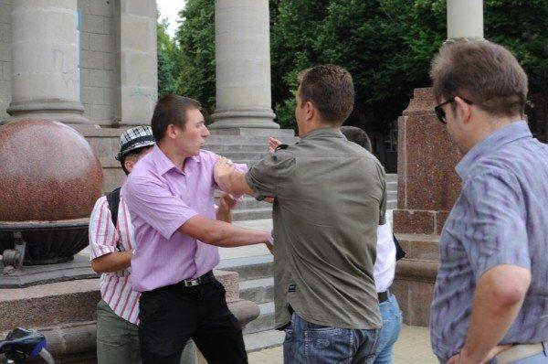 У Тернополі на Театральному майдані сьогодні намагалися побити письменника (фото), фото-4