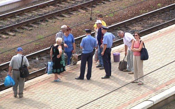 У Тернополі люди стояли на рейках та вимагали додаткових вагонів (фото), фото-1