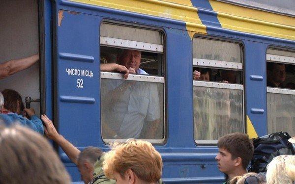 У Тернополі люди стояли на рейках та вимагали додаткових вагонів (фото), фото-2