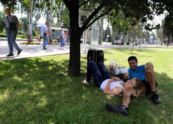 В Донецке городские власти не восторге от привычки гостей Евро-2012 отдыхать на газонах, фото-1