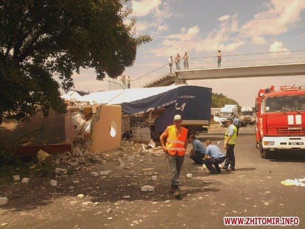На Житомирщине груженая фура снесла автобусную остановку (ФОТО), фото-1