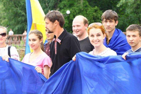В День Конституции молодежь пронесла по Луганску шестиметровый флаг Украины (ФОТО), фото-4