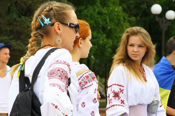 В День Конституции молодежь пронесла по Луганску шестиметровый флаг Украины (ФОТО), фото-7