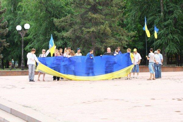 В День Конституции молодежь пронесла по Луганску шестиметровый флаг Украины (ФОТО), фото-5