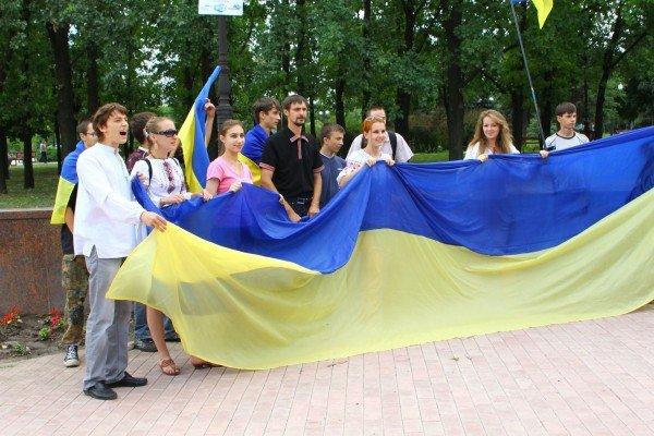 В День Конституции молодежь пронесла по Луганску шестиметровый флаг Украины (ФОТО), фото-2