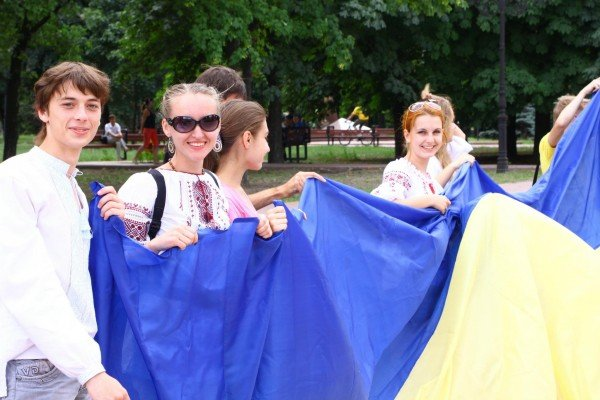 В День Конституции молодежь пронесла по Луганску шестиметровый флаг Украины (ФОТО), фото-1