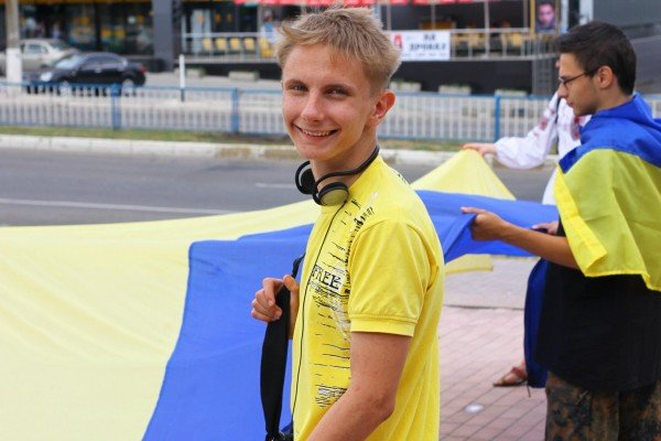 В День Конституции молодежь пронесла по Луганску шестиметровый флаг Украины (ФОТО), фото-9