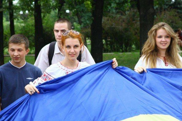 В День Конституции молодежь пронесла по Луганску шестиметровый флаг Украины (ФОТО), фото-3