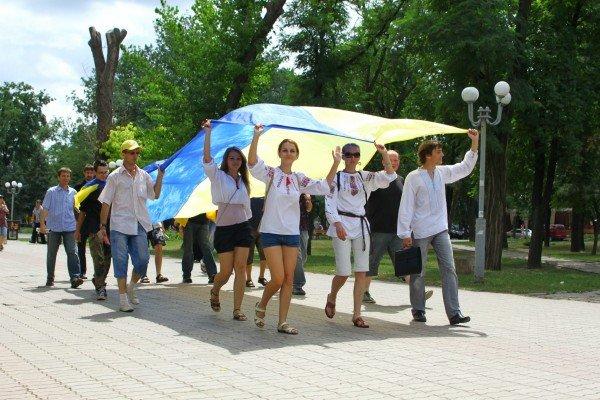 В День Конституции молодежь пронесла по Луганску шестиметровый флаг Украины (ФОТО), фото-8