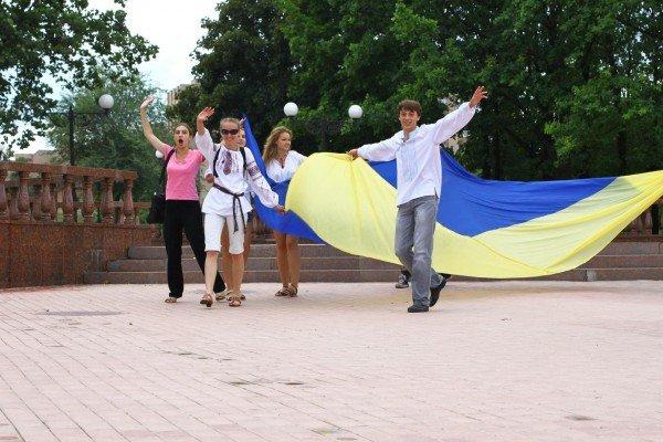 В День Конституции молодежь пронесла по Луганску шестиметровый флаг Украины (ФОТО), фото-6