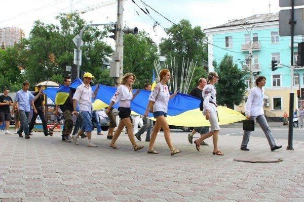 В День Конституции молодежь пронесла по Луганску шестиметровый флаг Украины (ФОТО), фото-11