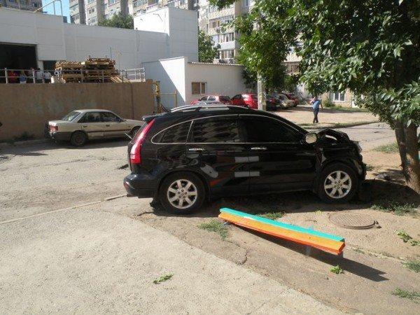 Одним снарядом в три воронки! В Николаеве водитель иномарки одним махом умудрился сбить бетонную опору, дерево и «мазду» (ФОТО), фото-2