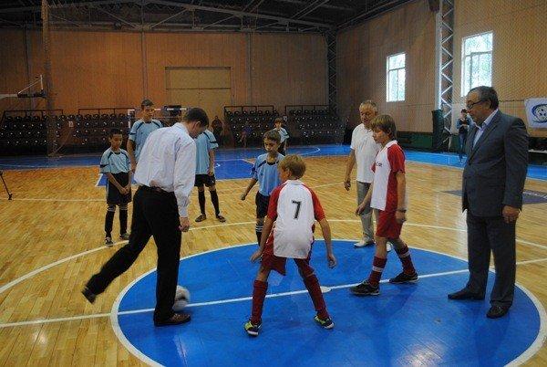 УЕФА подарила донецким школам 500 футбольных мячей (фото), фото-1