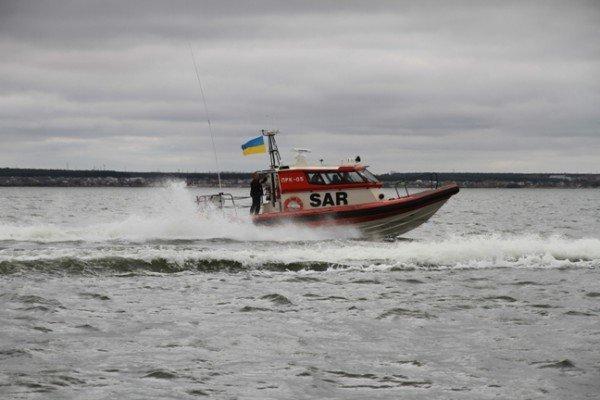 В районе Бердянской косы прогулочный катер потерпел бедствие. Были спасены 16 человек (ФОТО), фото-2