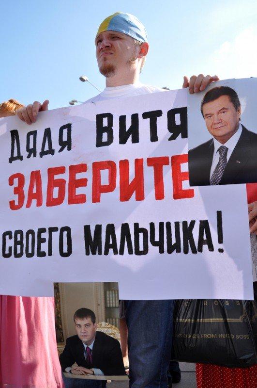 ФОТОРЕПОРТАЖ: В Запорожье журналисты собрали чемодан для путешествия «смотрящего» в Киев, фото-5