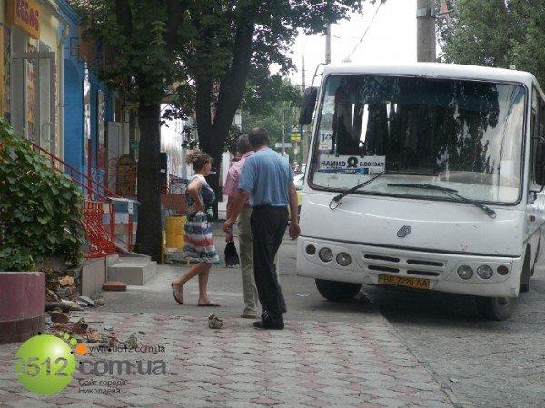 В Николаеве автобус вылетел на тротуар и врезался в клумбу, фото-1