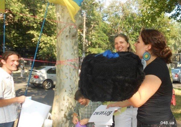 Януковичу в Одессе подарили огромную меховую шапку (Фото), фото-3