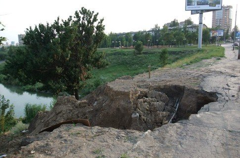 В центре Донецка разрушается дамба, фото-1