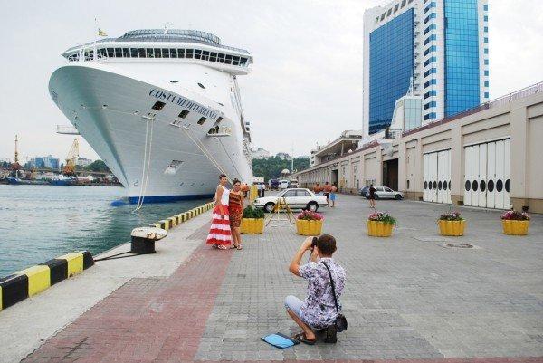 В Одесском порту пришвартовался настоящий плавучий замок (фото), фото-1