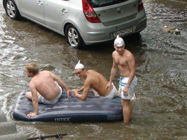 Одесситы плавают по улицам на надувных матрацах (Фото, Видео), фото-1