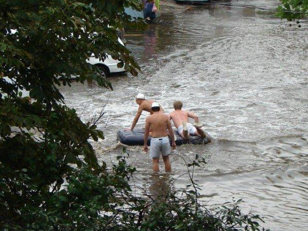 Одесситы плавают по улицам на надувных матрацах (Фото, Видео), фото-2