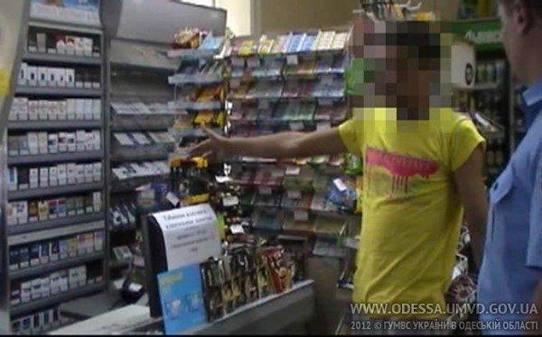 В одесском магазине охранника избили пивной бутылкой, а на кассира направили игрушечный пистолет (Фото), фото-1