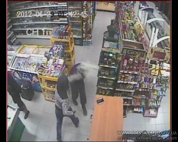В одесском магазине охранника избили пивной бутылкой, а на кассира направили игрушечный пистолет (Фото), фото-3
